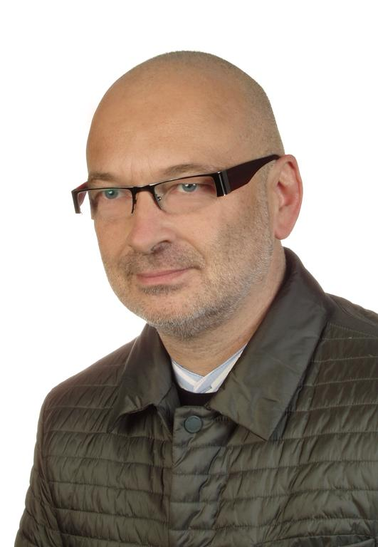Mężczyzna w pikowanej kurtce i okularach