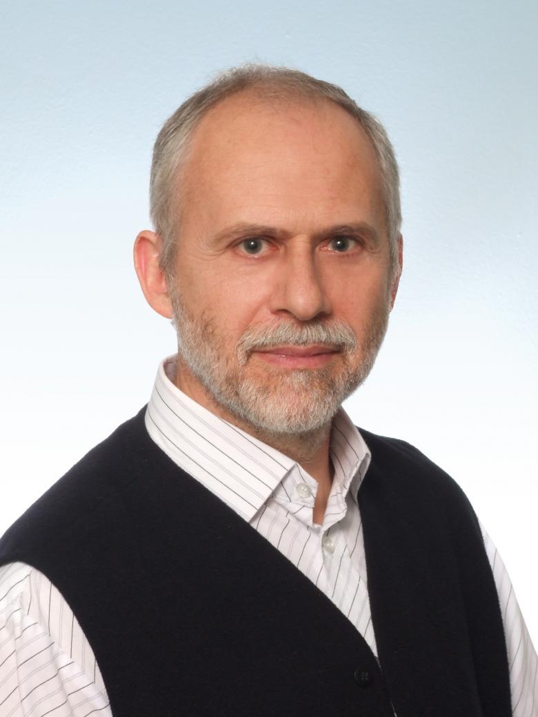 Mężczyzna z brodą, w koszuli i kamizelce