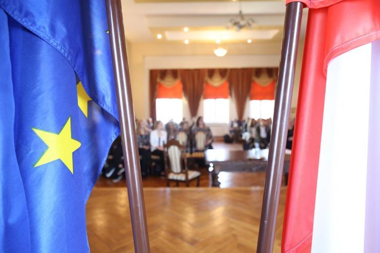 Flaga polska i unijna - za nią młodzież