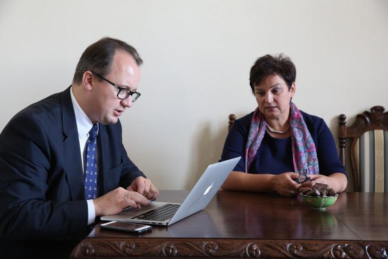 Mężczyzna z komuterem i kobieta