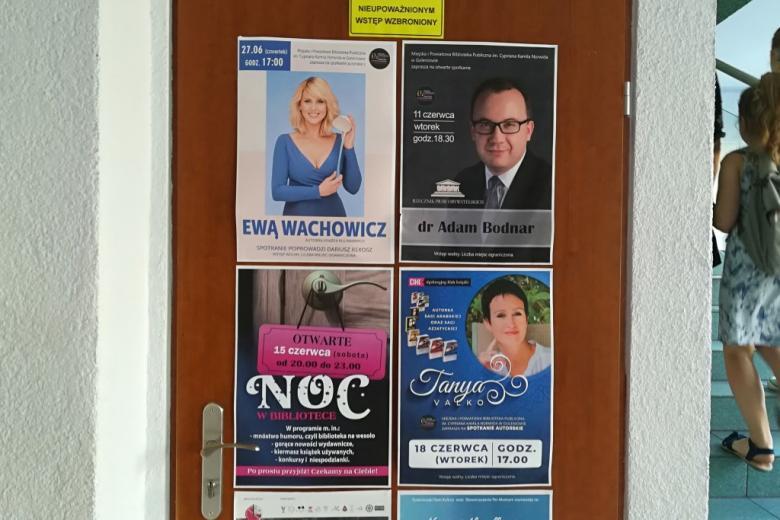 Plakaty zapowiadające  wydarzeia w Bibliotece Publicznej, w tym spotkanie z RPO
