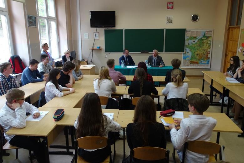 Uczniowie na sali lekcyjnej, dwaj mężczyźni