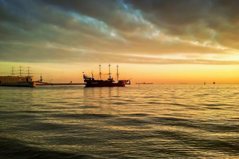 Statki na redzie w Gdyni o zachodzie słońca