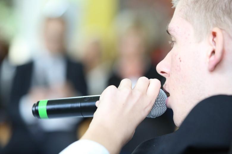 Mężczyzna śpiewa, w tle - publiczność