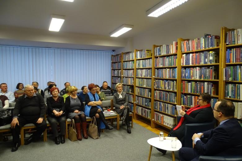 Ludzie rozmawiają na spotkaniu w bibliotece