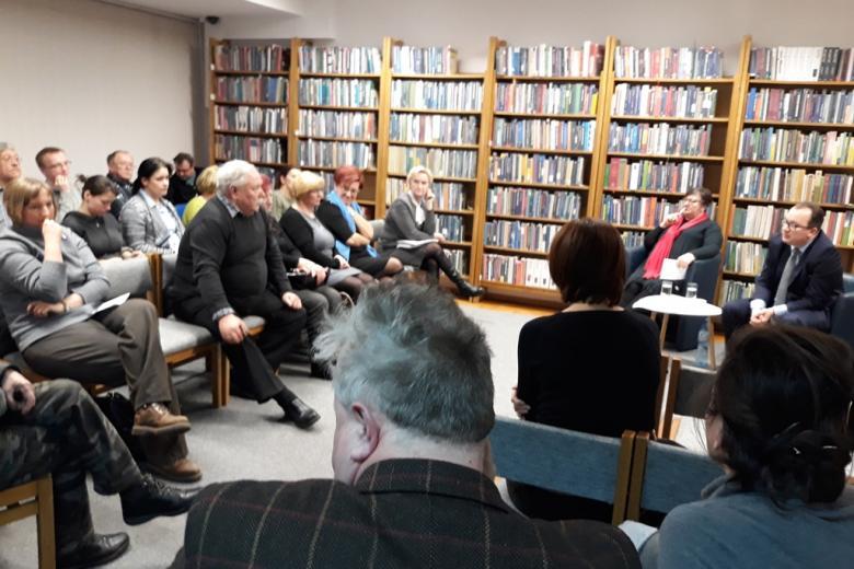 Ludzie rozmawiają w bibliotece