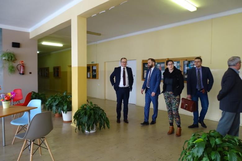 Grupa ludzi na korytarzu szkolnym