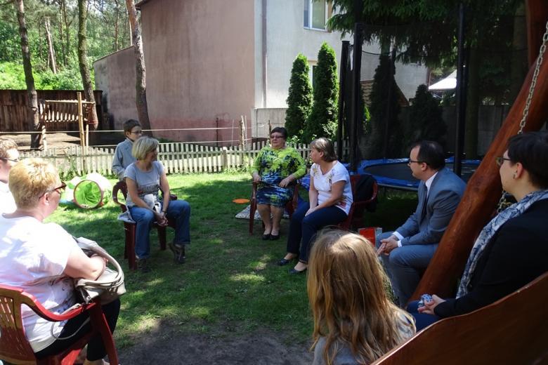 Ludzie w ogrodzie rozmawiają