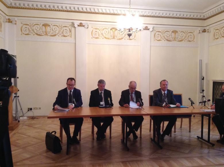 Zdjęcie: mężczyźni za stołem