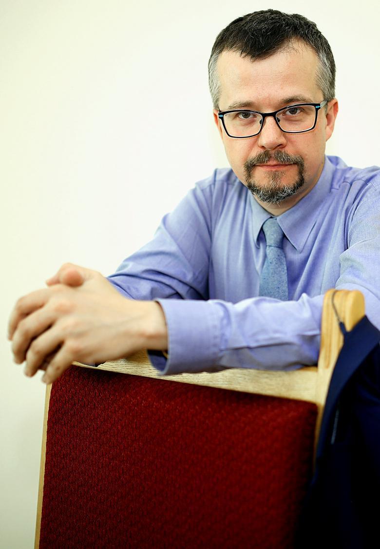 Mężczyzna w niebieskiej koszuli