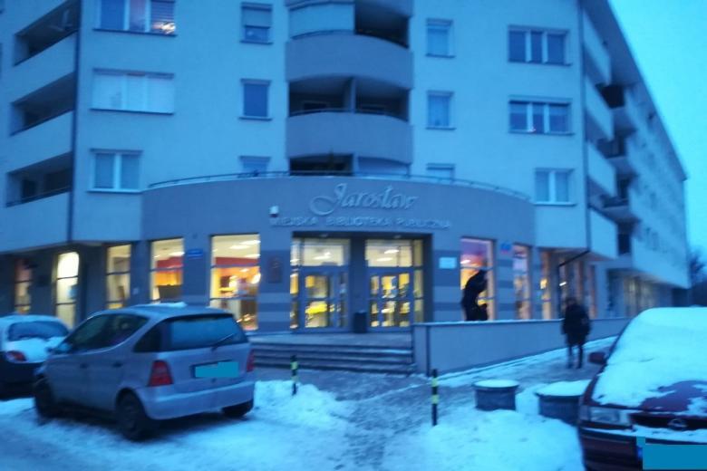 Nowoczesny budynek w świetle zimowego zmierzchu