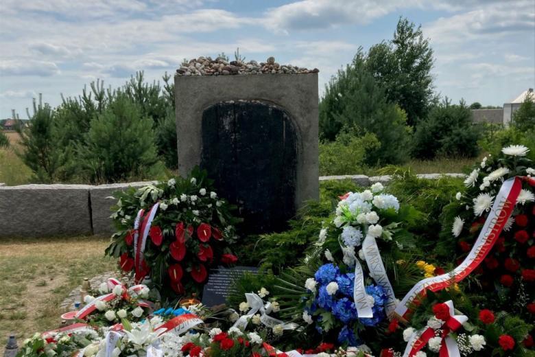 Pomnik i kwiaty