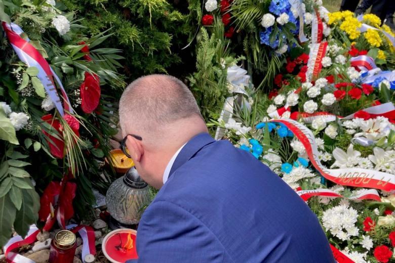 Głowa mężczyzny i kwiaty