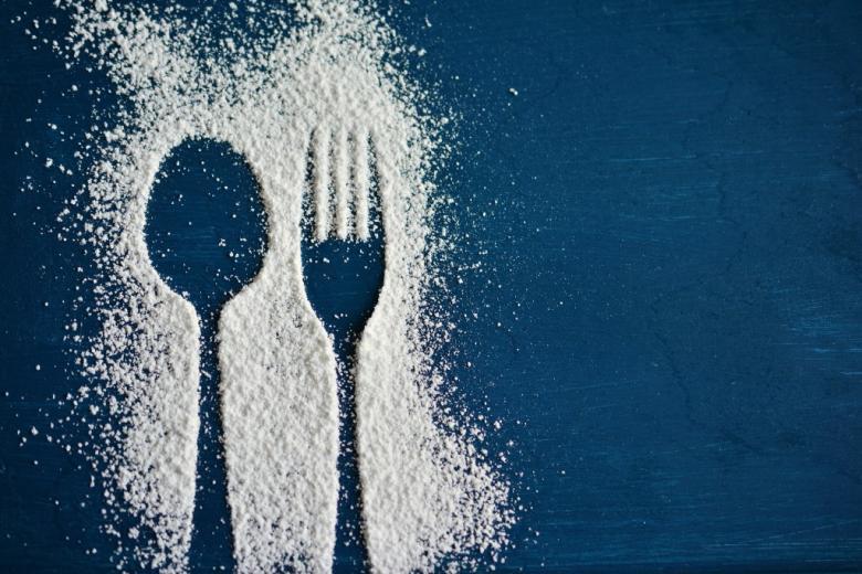 Ślad łyżki i widelca na stole