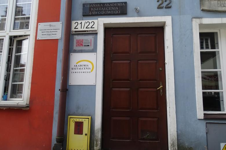 Drzwi do kolorowej kamienicy