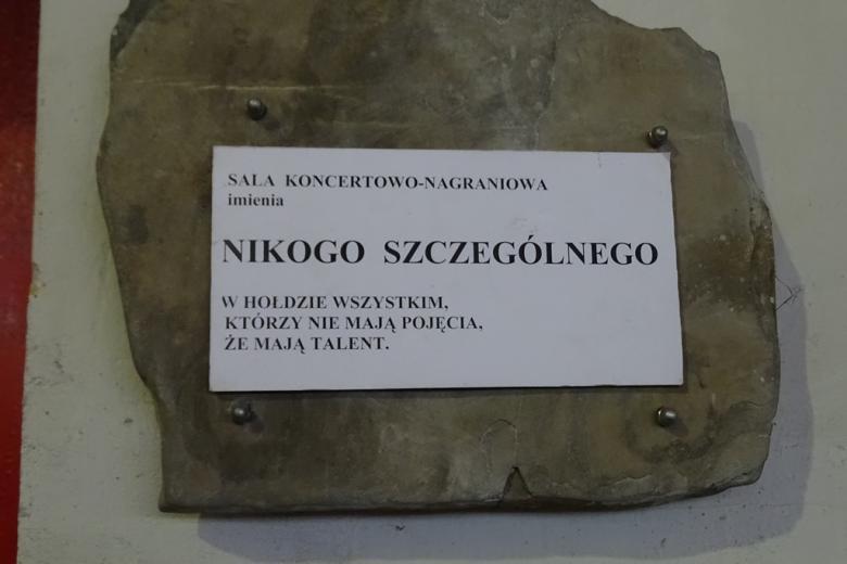 """Tablica na ścianie z napisem: """"Sala imienia Nikogo Szczególnego w hołdzie wszystkim, którzy nie mają pojęcia, że mają talent"""""""