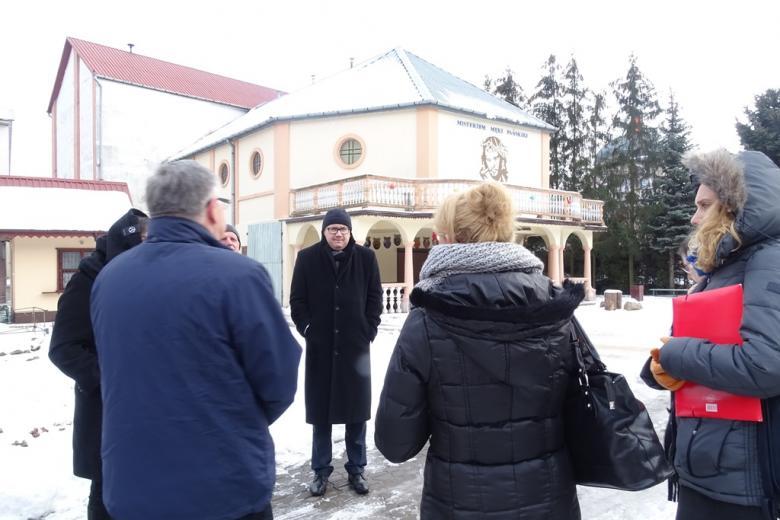 Ludzie przed kościołem