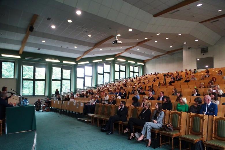 Aula akademicka pełna ludzi, głównie kobiet
