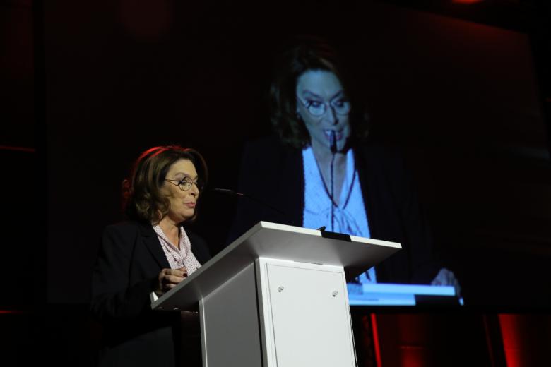 Kobieta przy mównicy