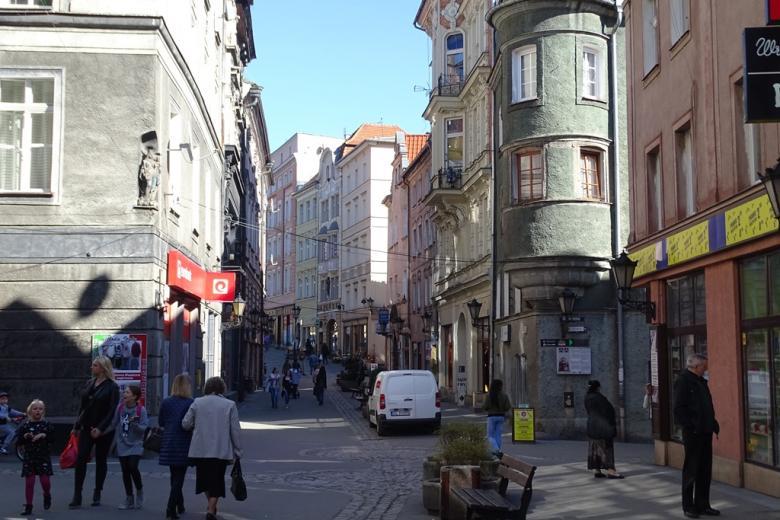 Wąska staromiejska uliczka pełna ludzi