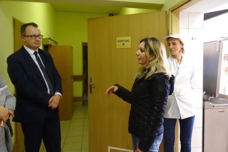 Zdjęcie: czworo ludzi rozmawia na korytarzu