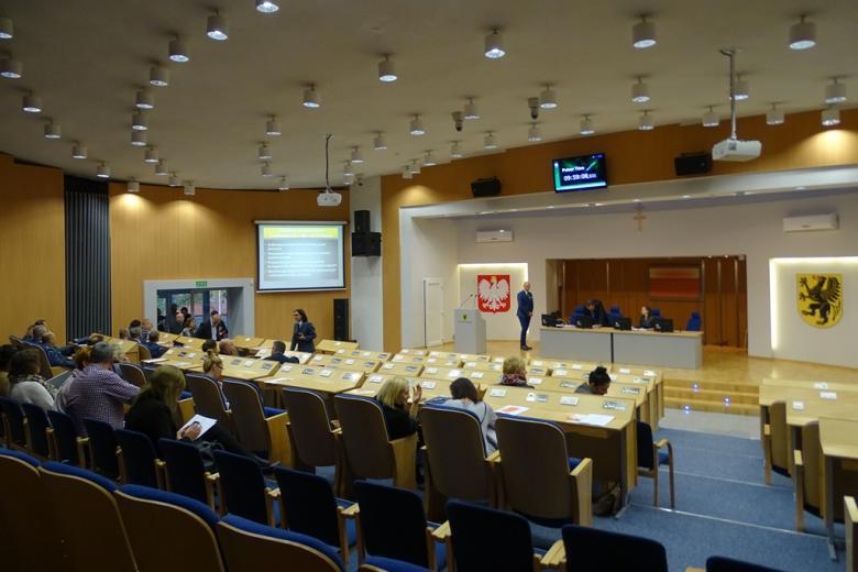 Zdjecie: ludzie w nowoczesnej sali kobferencyjnej