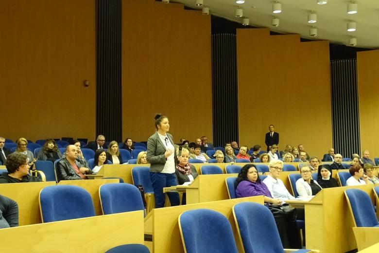 Zdjęcie: kobieta na widowni stoi