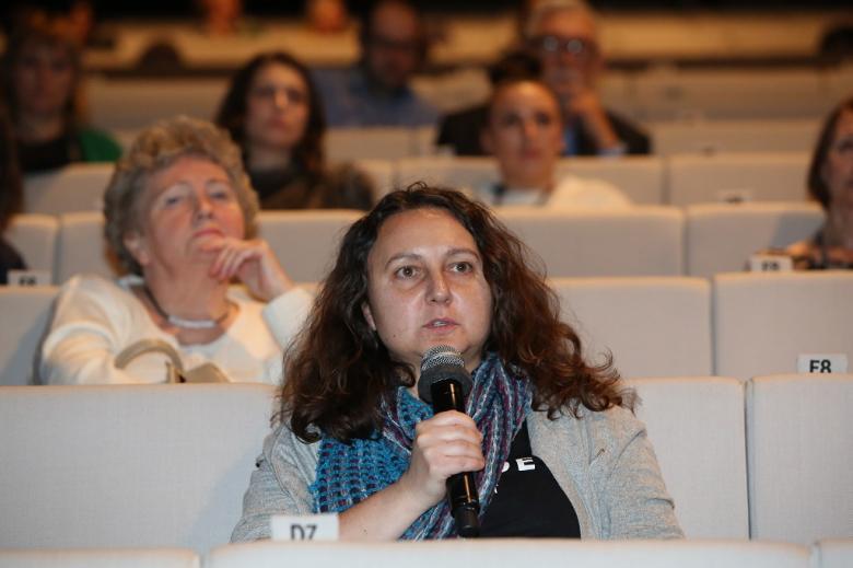 Kobieta z audytorium zadaje pytanie