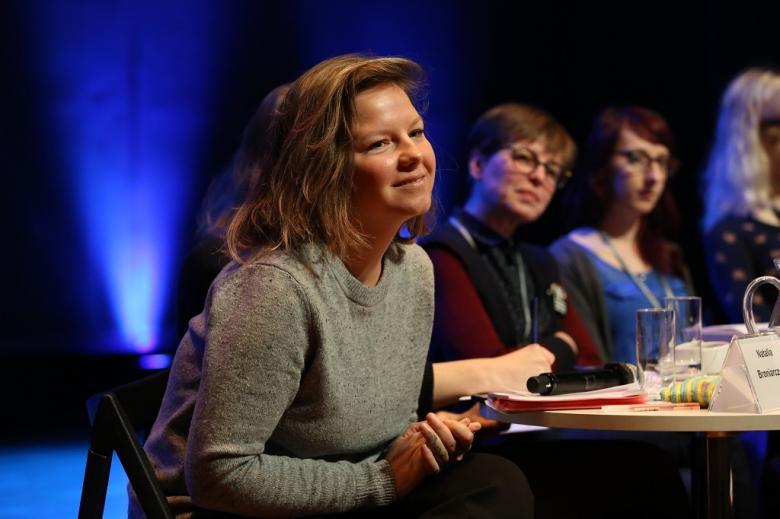 Panelistki na scenie słuchają pytań