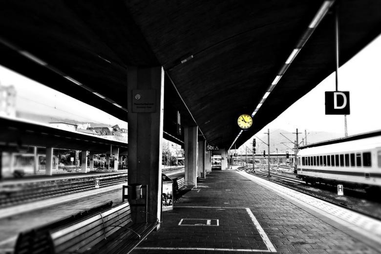 Grafika: pociąg przy peronie