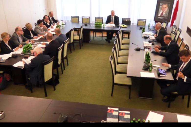 Screen z transmisji internetowej - ludzie wokół stolu