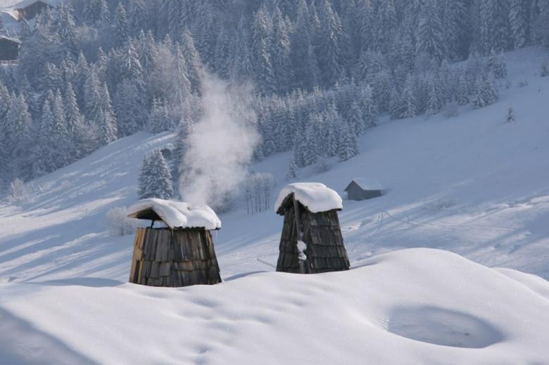 Dymiący komin w górach