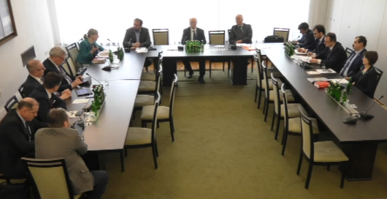 Zdjęcie z komputera: ludzie za stolem w kształcie litery U. Z prawej strony - RPO i przedstawiciele jego Biura