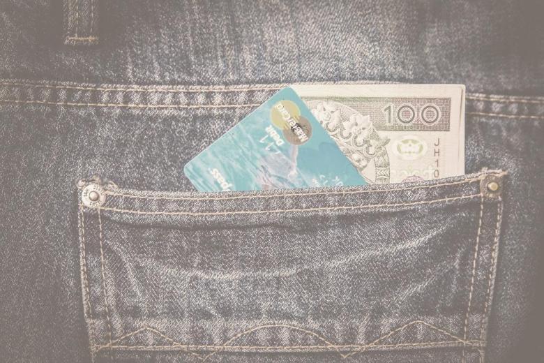 Sto zł tychi karta platnicza w kieszeni spodni