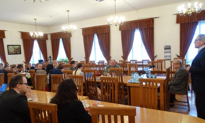 Widok na salę. Rzecznik Bodnar i Gracja Zahia, stoi prof. Roman Wieruszewski, przy mikrofonie siedzi prof. Zdzisław Kędzia.