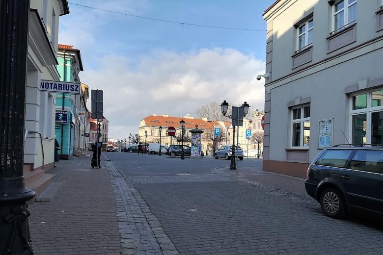Rynek małego miasta w słoneczne popołudniu
