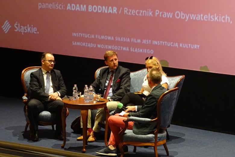 Cztery osoby w panelu. Zbliżenie