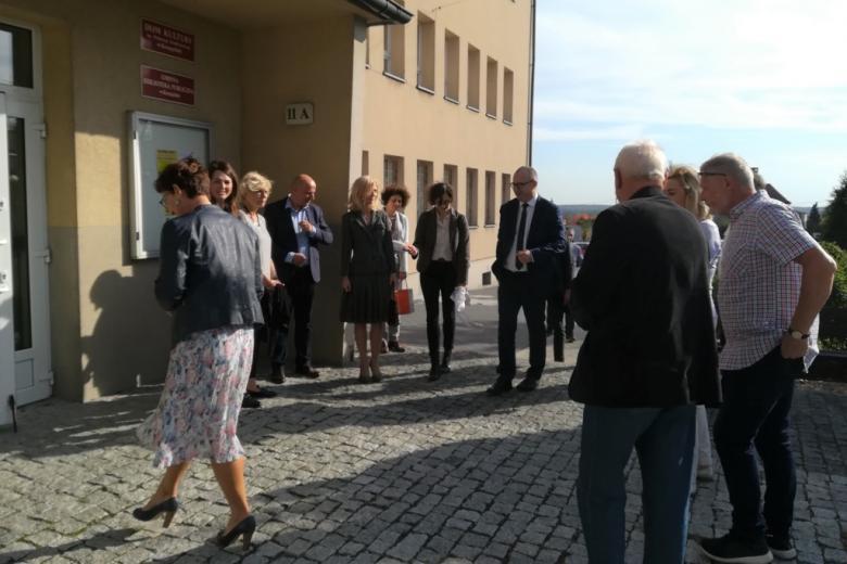 Grupa ludzi wchodzi do budynku