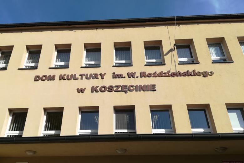 """Budynek z napisem """"Dom Kultury w Koszęcinie"""""""