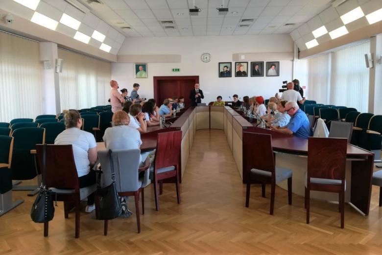 Ludzie przy stole w sali rady