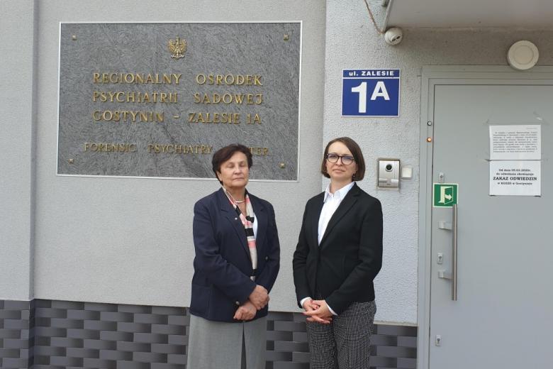 Dwie kobiety przed bramą