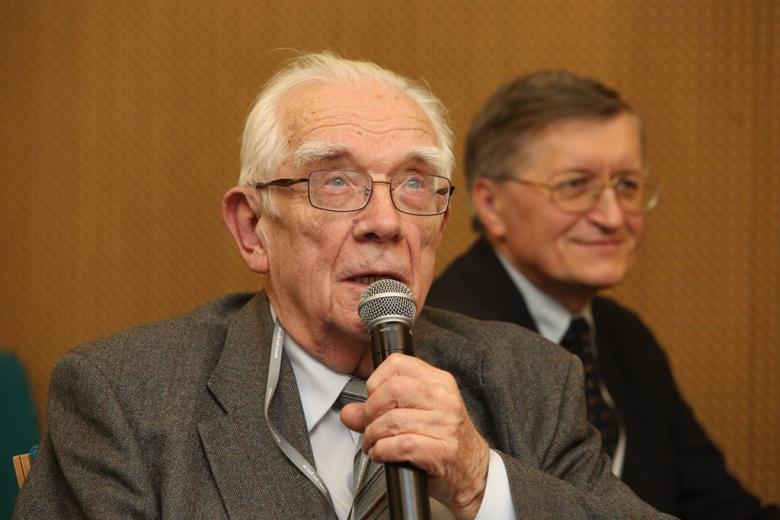 zdjęcie: dwóch mężczyzn, jeden z nich mówi do mikrofonu