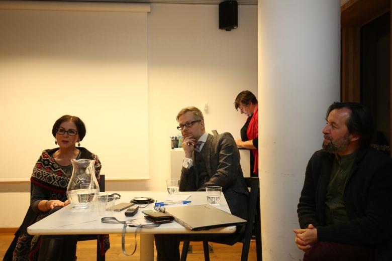 zdjęcie: trójka ludzi siedzi przy stoliku