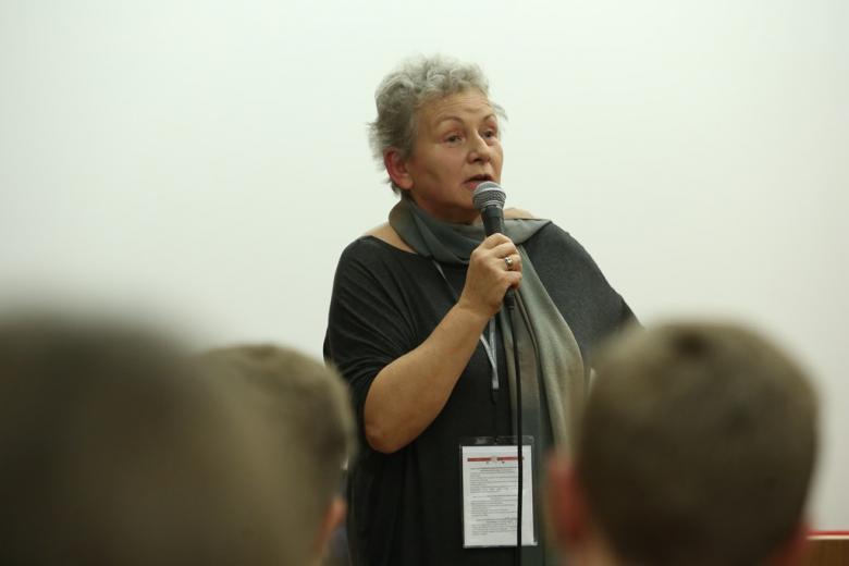 zdjęcie: kobieta mówi do mikrofonu