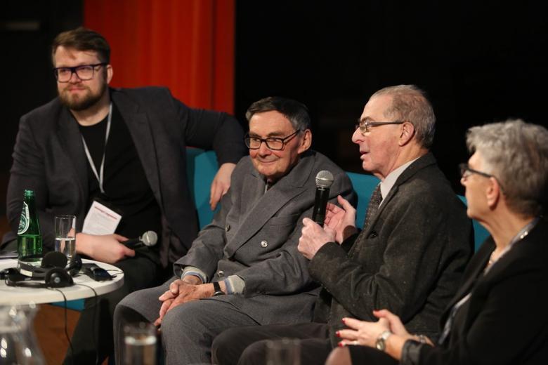 zdjęcie: kilka osób siedzi na scenie