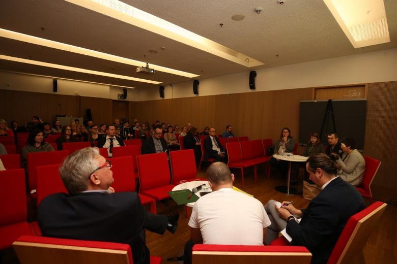 zdjęcie: kilkanaście osob siedzi na sali