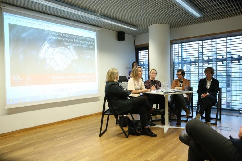 zdjęcie: kilka kobiet siedzi przy stoliku