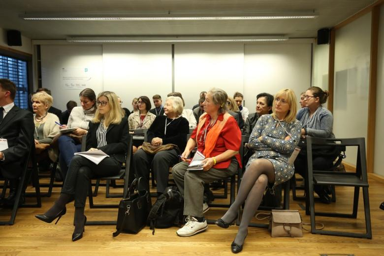 zdjęcie: kilkanaście osób siedzi na sali