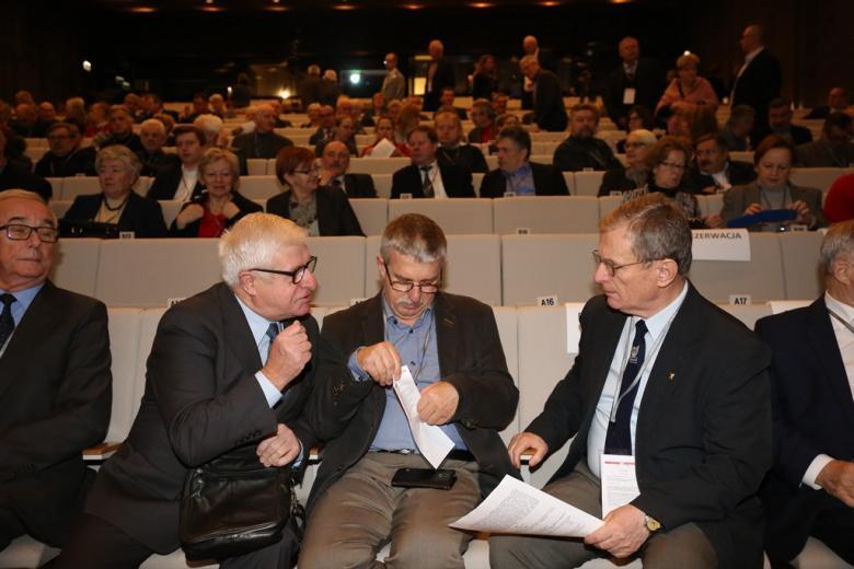 Sala plenarna pelna ludzi