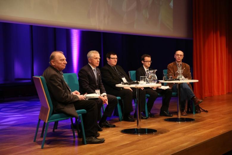 Paneliści na scenie